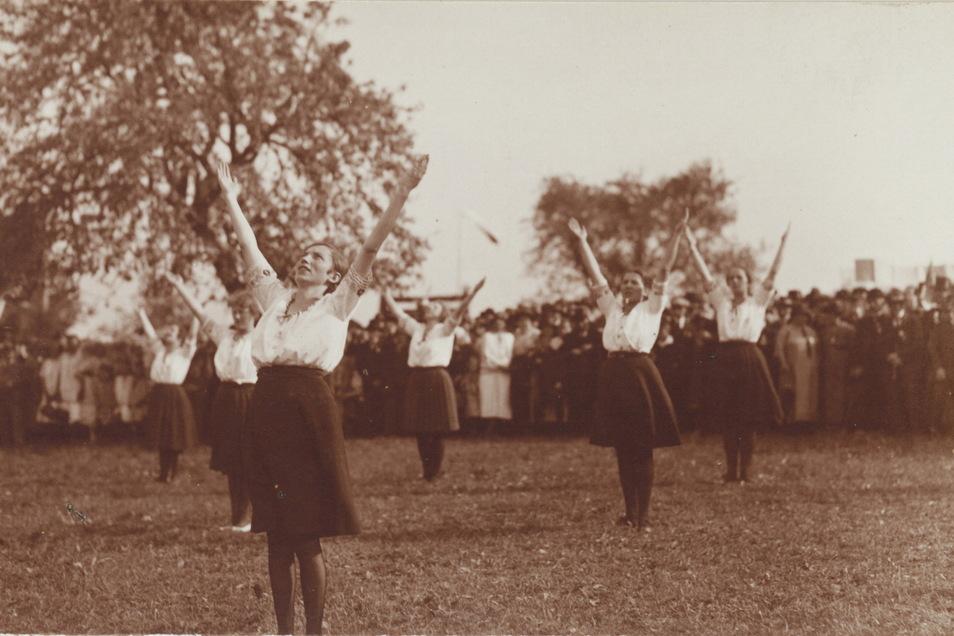 In der sorbischen Lausitz gründeten sich 1920 die ersten Sokol-Bewegungen nach dem Vorbild der nationalen und patriotischen Turnbewegung in Prag. Das Bild von 1926 zeigt Turnerinnen auf dem sorbischen Volkstreffen.