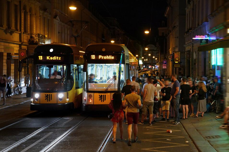 """Die Situation am sogenannten """"Assi-Eck"""" in der Dresdner Neustadt habe sich in diesem Jahr trotz der Corona-Einschränkungen verschärft, sagen die Dresdner Verkehrsbetriebe (DVB)."""