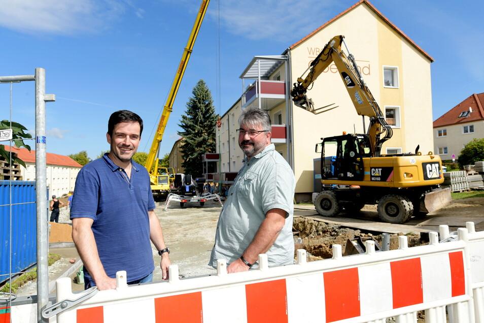 WBG-Chef Daniel Füssel und Bauingenieur Steffen Stiebitz (rechts) an einem Mehrfamilienhaus in Ebersbach. Hier werden jetzt unter anderem Balkons installiert.