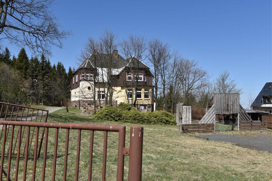 Diese Immobilie in Zinnwald hat schon viel erlebt. Nun steht sie zur Zwangsversteigerung am Amtsgericht Dresden.