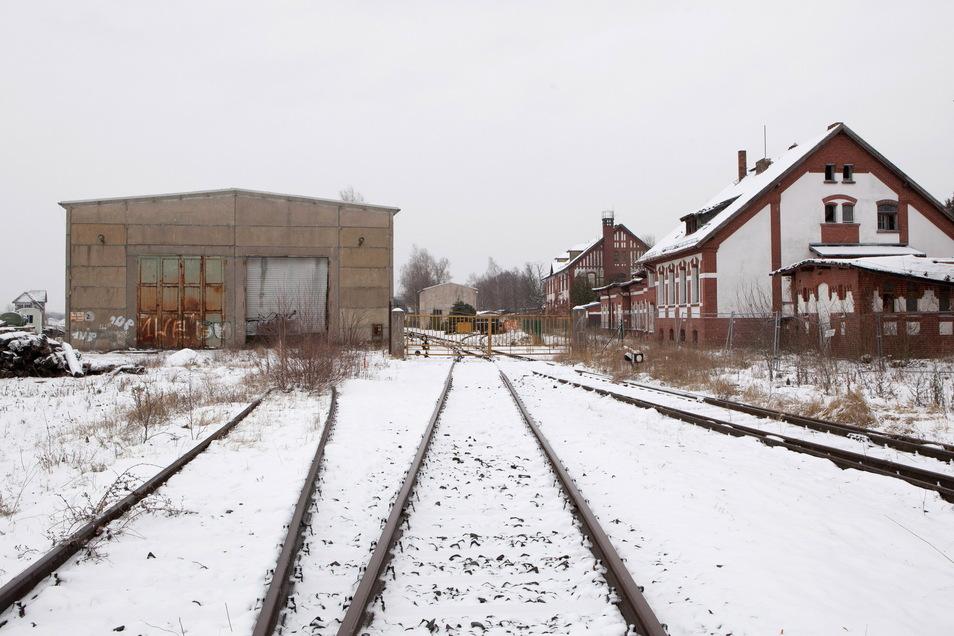 Die Brandschutztechnik Görlitz GmbH bezieht sowohl die Halle (links) als auch die Häuser rechts.