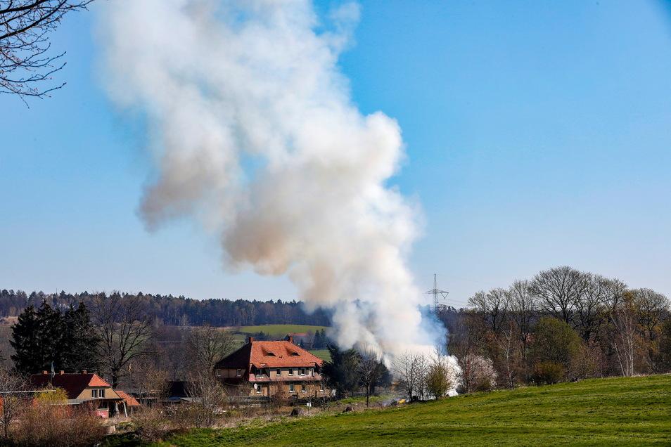Eine dicke Rauchwolke schwebte am Dienstag über Berthelsdorf und Herrnhut.