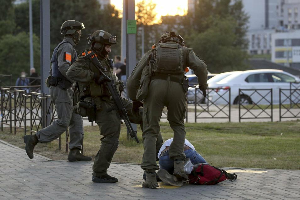 Belarus - Polizei setzt Schusswaffen gegen Protestierende ein