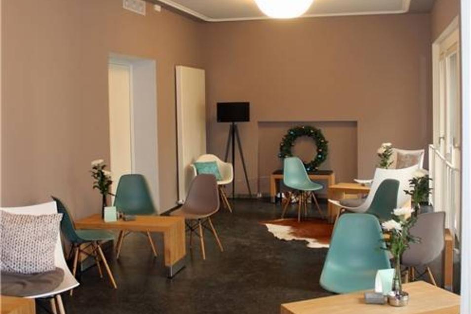 Nach dem Markthallenprinzip kann sich jeder Gast hinsetzen, wo er will - zum Beispiel auf edle Designklassiker von Eames.