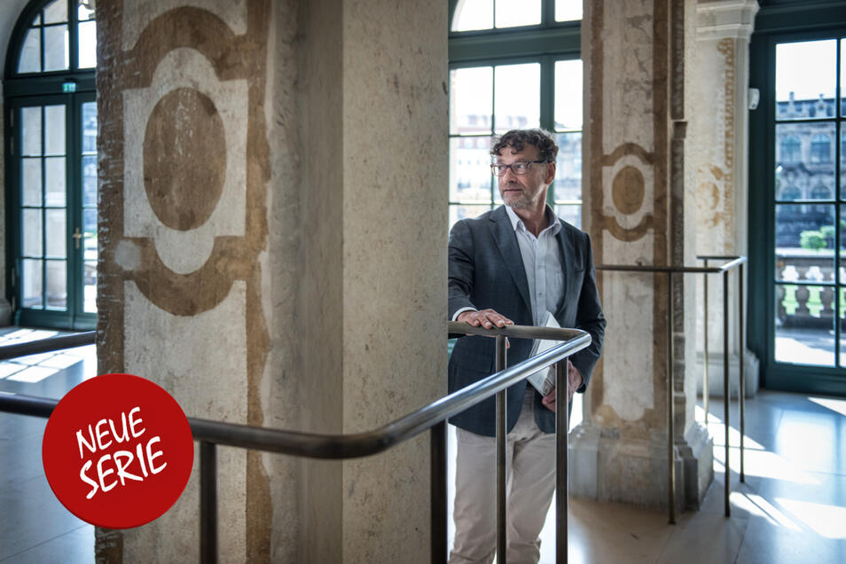 Bauforscher Hartmut Olbrich vor zwischen freigelegten Pfeilern des Grottensaals im Foyer des Mathematisch-Physikalischen Salons.