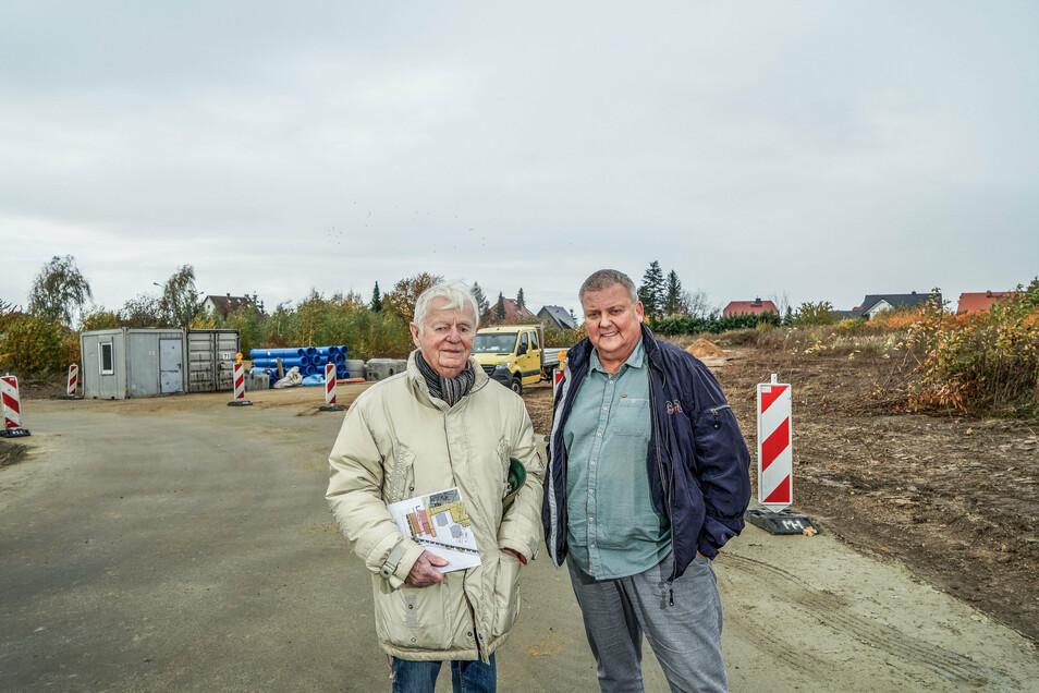 Josef Kraemer (l.) von der Firma Centurio Projekt erschließt gerade elf Grundstücke im Bautzener Stadtteil Oberkaina, Bauberater Uwe Miska will diese ab Ende Dezember vermarkten.