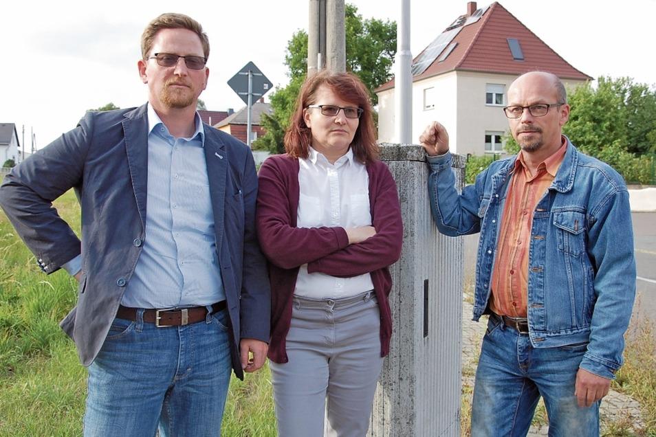 Fühlen sich von der Telekom im Stich gelassen: Ute und Axel Klose aus Mehltheuer und Hirschsteins Bürgermeister Conrad Seifert (CDU, links).