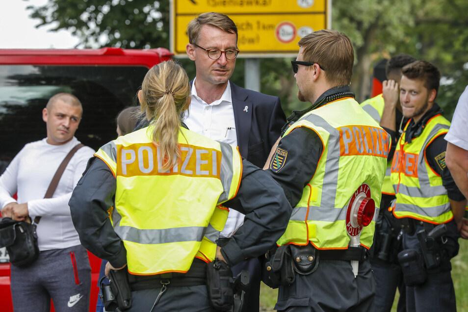 Sachsens Innenminister Roland Wöller im Gespräch mit Polizisten an der Zittauer Grenze. Er plädiert dafür, dass sich die EU-Länder auf eine gemeinsame Asylpolitik einigen und ihre Grenzen schützen.