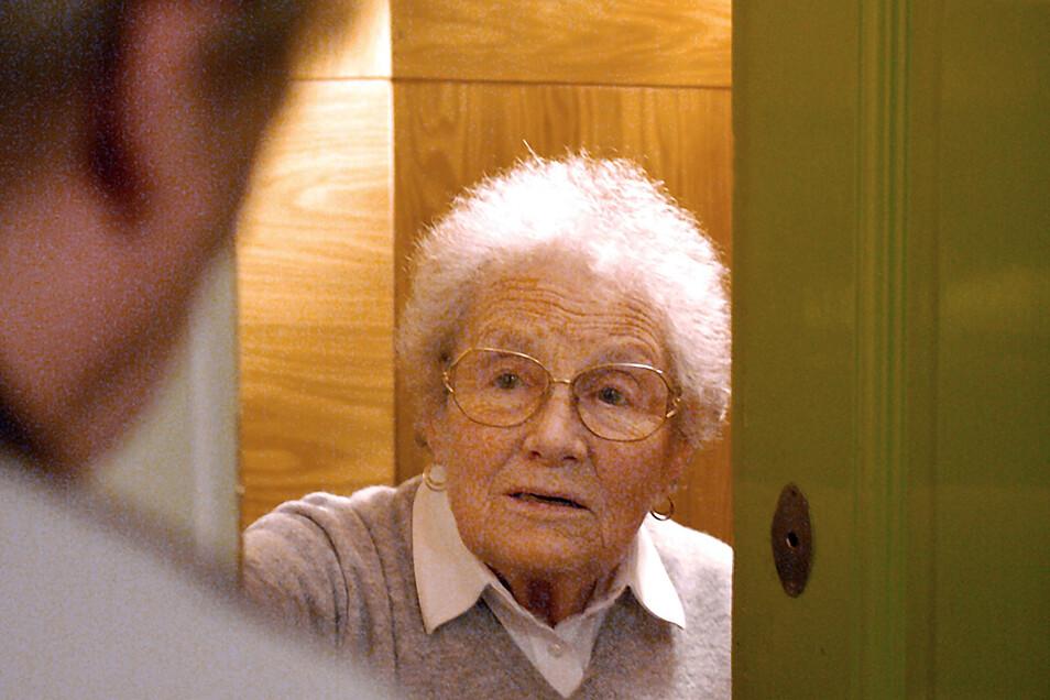 Ein Betrüger verschaffte sich jetzt mit einer fiesen Masche Zutritt zur Wohnung einer Seniorin in Bischofswerda - und ergaunerte 500 Euro.