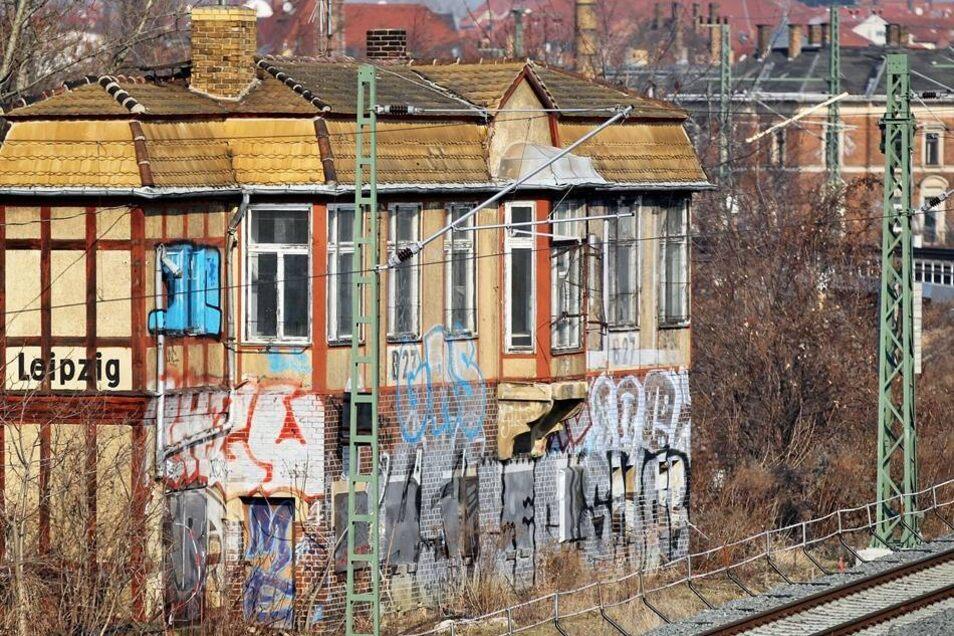 Graffiti auf einem ungenutzten Stellwerk an den Gleisen in Leipzig (Archivbild von 2012)