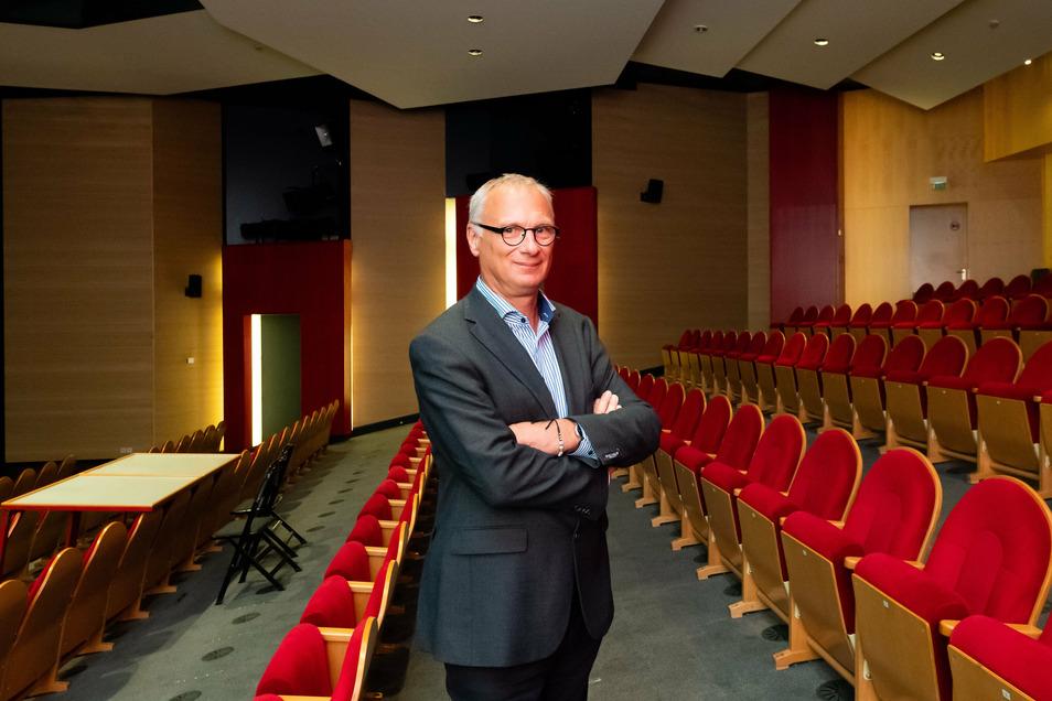Halbierter Theatersaal - nach der Corona-Zwangspause freut sich der Bautzener Theaterintendant Lutz Hillmann wieder auf sein Publikum.