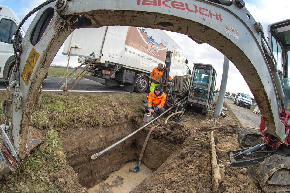 Wie hier in Horka im vergangenen Jahr lässt die Firma Speedloc Datacenter derzeit eine Ersatzleitung zwischen Niesky und Rothenburg bauen.
