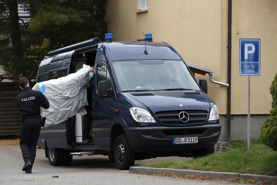 Bei der Durchsuchung im Asylbewerberheim Pappritz hat die Polizei Gegenstände beschlagnahmt, die bei den Ermittlungen weiterhelfen könnten.