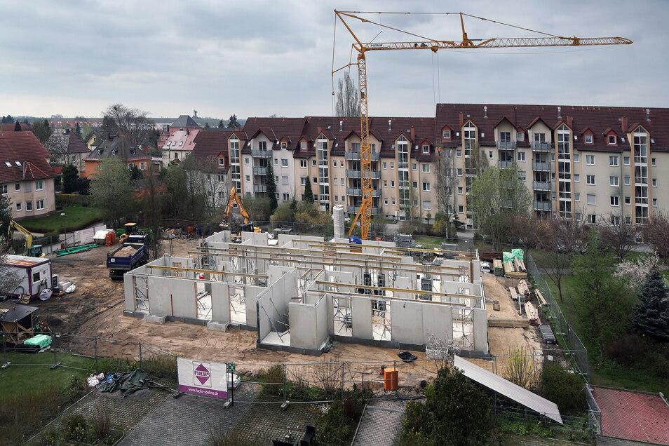 Die Arbeiten am neuen Gebäude an der Güterbahnhofstraße in Radeberg sind in vollem Gange. Vier Stockwerke wird es künftig haben.