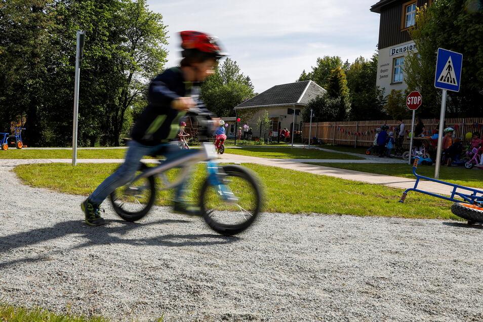 Ein großes Geschenk zum Kindertag: Am Awo-Kinderhaus in Jonsdorf gibt es jetzt einen Verkehrsgarten.