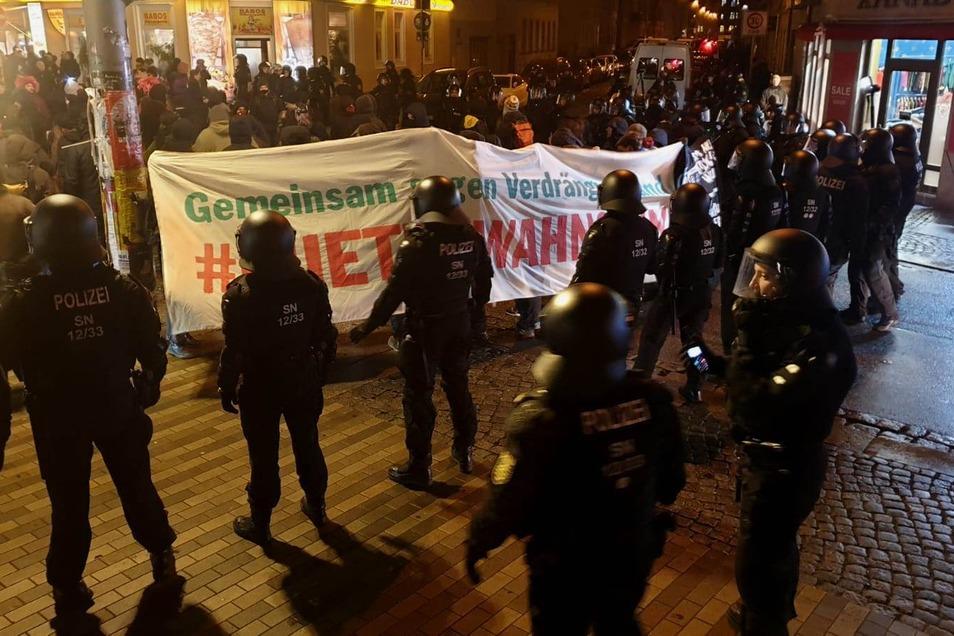 Auf der Alaunstraße hat die Polizei die sogenannte Lärmdemo gestoppt.