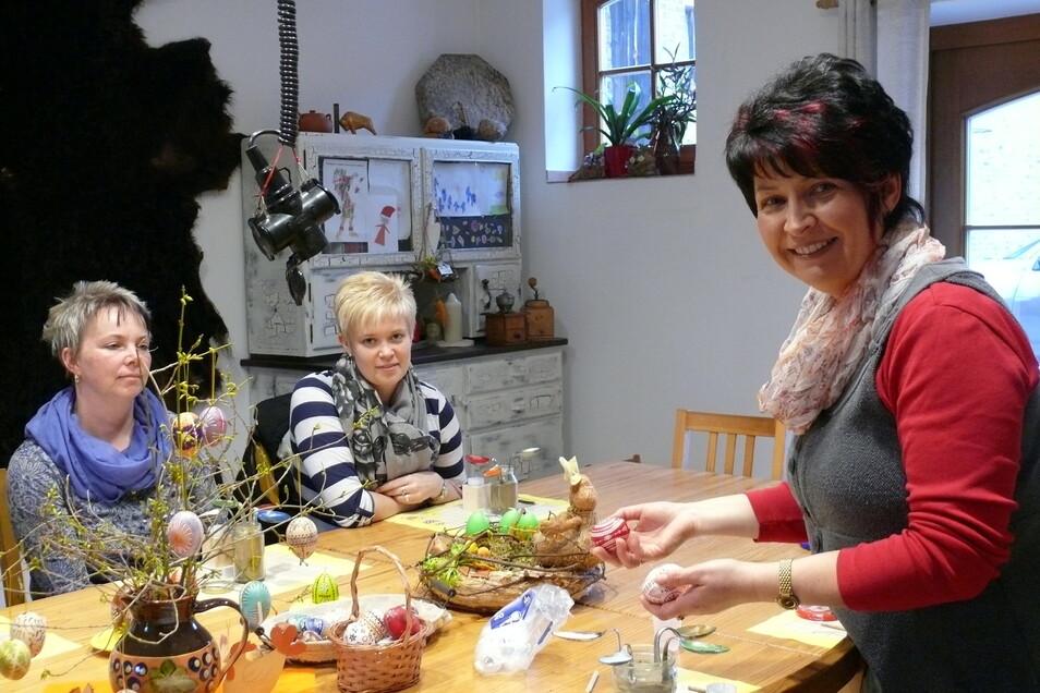 Beatris Sachse aus Mücka (rechts) ist nicht nur Schneiderin, sondern auch Ostereier-Malerin.