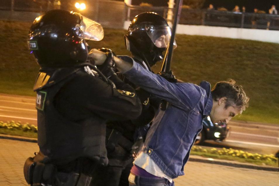 Polizisten verhaften einen Demonstranten während einer Kundgebung in Minsk.