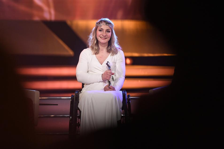 """Bei der Verleihung zur """"Sportlerin des Jahres"""" sitzt Kristina Vogel im Winter 2018 im Rollstuhl auf der Bühne und nimmt den Preis als Zweitplatzierte entgegen."""