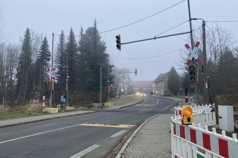 Am Bahnübergang Nordstraße in Seifhennersdorf ist jetzt eine Ampelsicherung installiert worden, um wieder Zugverkehr möglich zu machen.
