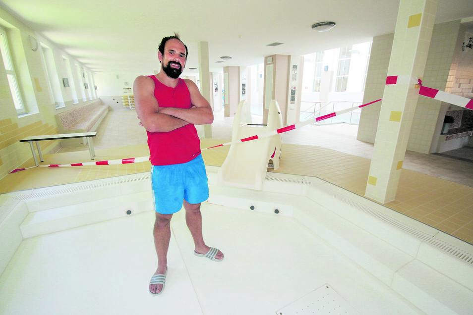Schwimmmeister Toni Bunzel holt sich im Babybecken des Stadtbades keine nassen Füße. Das Becken ist undicht und außer Betrieb. Noch in diesem Jahr soll eine neue Wasserlandschaft für die kleinsten Badbesucher eingebaut werden.