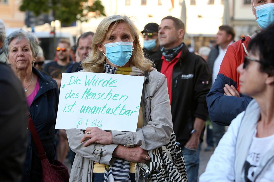 Gesprächsrunden-Mitinitiatoren Maria Giesing (M.), hier bei einer Demo im Mai 2020 in Pirna: Unter dem Motto auf ihrem Schild steht auch die Auftakt-Debatte am 3. Oktober im Uniwerk.