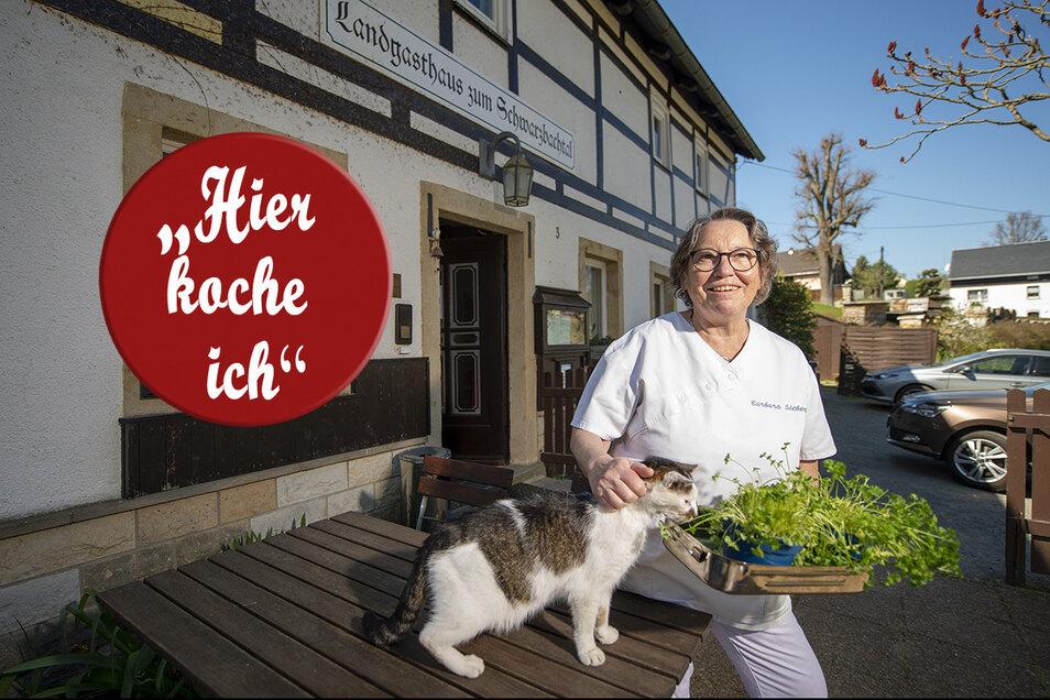Ohne Gäste, aber nicht ohne Mut: Barbara Siebert mit Kater Hugo im verwaisten Biergarten ihres Lohsdorfer Landgasthauses Zum Schwarzbachtal.