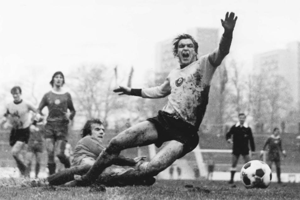 """Mit vollem Einsatz wie hier gegen Zwickau mit Roland Stemmler (am Boden) in einem Punktspiel 1979 und fußballerischer Klasse: So haben die Fans """"Dixie"""" Dörner als Spieler in bester Erinnerung."""