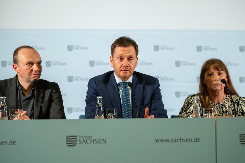 Seit 100 Tagen in der Regierung: Ministerpräsident Michael Kretschmer (CDU, Mitte) gemeinsam mit Umweltminister Wolfram Günther (Grüne) und Gesundheitsministerin Petra Köpping (SPD).