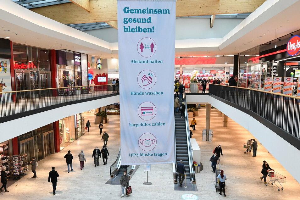 Menschen gehen durch ein Einkaufszentrum in Wien. Nach sechs Wochen Lockdown aufgrund der Corona-Pandemie öffnen in Österreich ab 08.02.2021 die Geschäfte wieder.