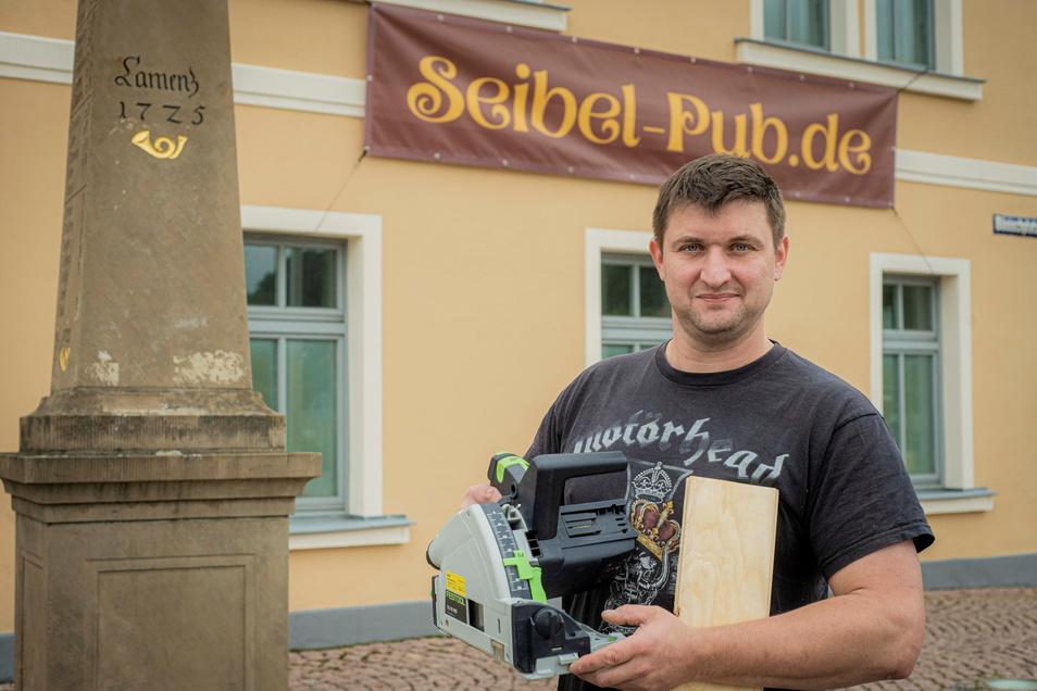 Marcus Seibel aus Kamenz eröffnet im November seinen Pub in der Hutberg-Passage am Bönischplatz. Noch läuft der Umbau auf Hochtouren, vor allem die Holzarbeiten nimmt der Wirt selber vor und greift da auch schon mal zur Kreissäge.