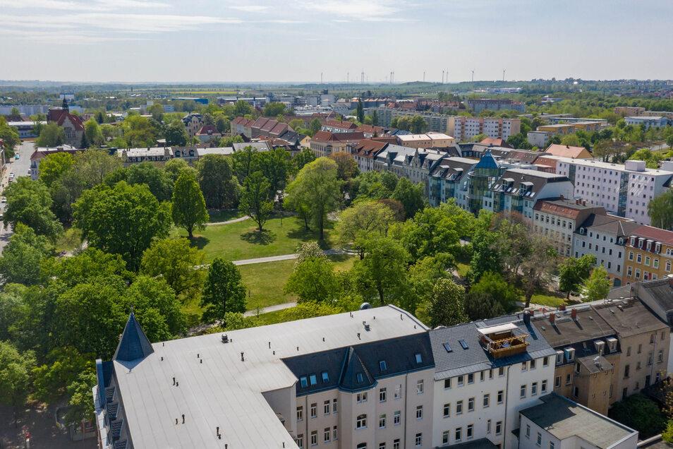 Verträgt sich das Gartendenkmal Puschkinplatz mit einem Biergarten? Hier ein Blick aus Richtung Elbe. Rechts ist die Puschkintorpassage zu erkennen, vor der ein Wirt gern Freisitze hätte.
