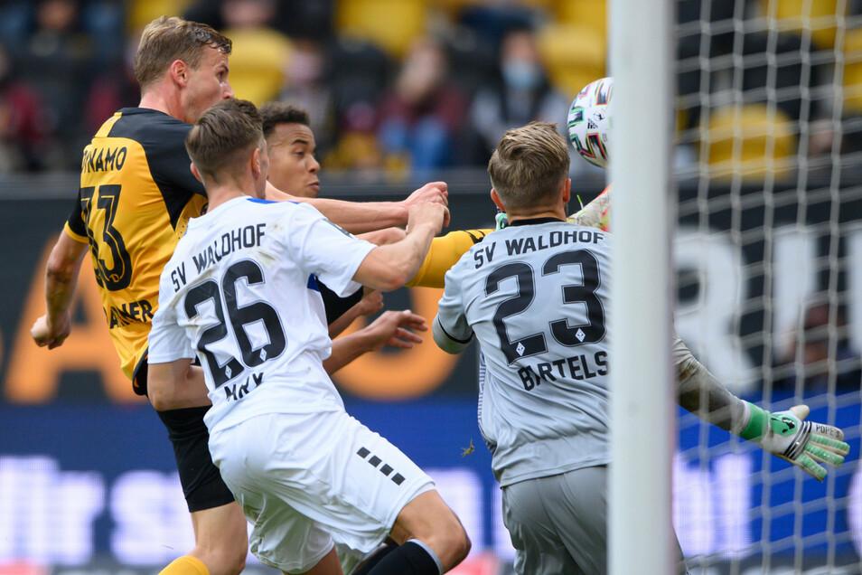Dann klappt es doch noch: Mit feiner Technik und viel Augenmaß lupft Dynamo-Stürmer Christoph Daferner den Ball über Waldhof-Torwart Jan-Christoph Bartels - in der 87. Minute der Ausgleich für die SGD.