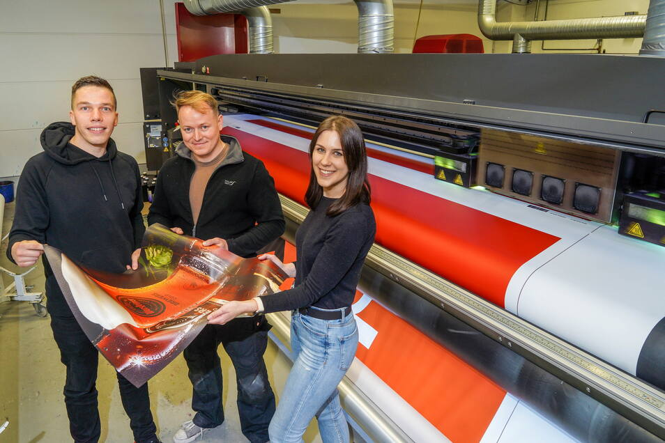 Eric Bradatsch (l.), Geschäftsführer der Druckerei Texsib aus Beiersdorf, Drucker Marcel Herrmann und Judith Riecker vom Marketing arbeiten mit Spaß und Freude - und machen im Arbeitsalltag auch sonst einiges anders als oft noch üblich.