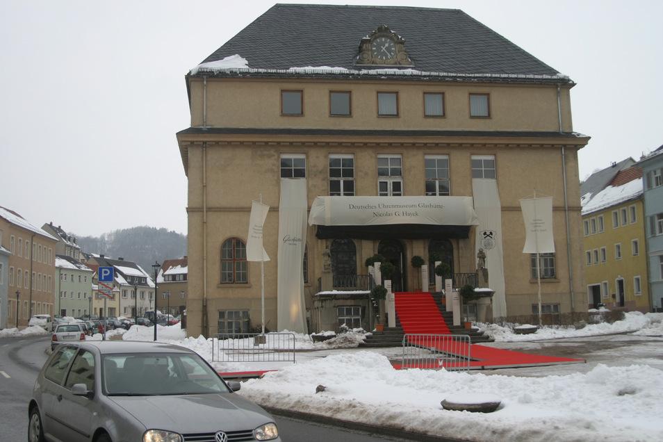 """Im März 2006 wurden die Unterlagen für die Stiftung """"Deutsches Uhrenmuseum - Nicolas G. Hayek"""" in Glashütte in der unsanierten früheren Deutschen Uhrmacherschule unterzeichnet."""