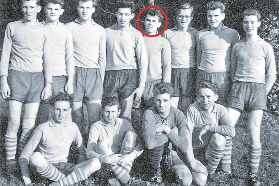 Schiedsrichter-Kritiker Rudolf Ulrich hat selbst von kleinauf gekickt, viele Jahre bei der BSG Traktor Schmölln. Auf dem Mannschaftsfoto steht er als Vierter von rechts. Nach wie vor schaut er sich gern Spiele in der Region an. Über Fehlentscheidungen ärg