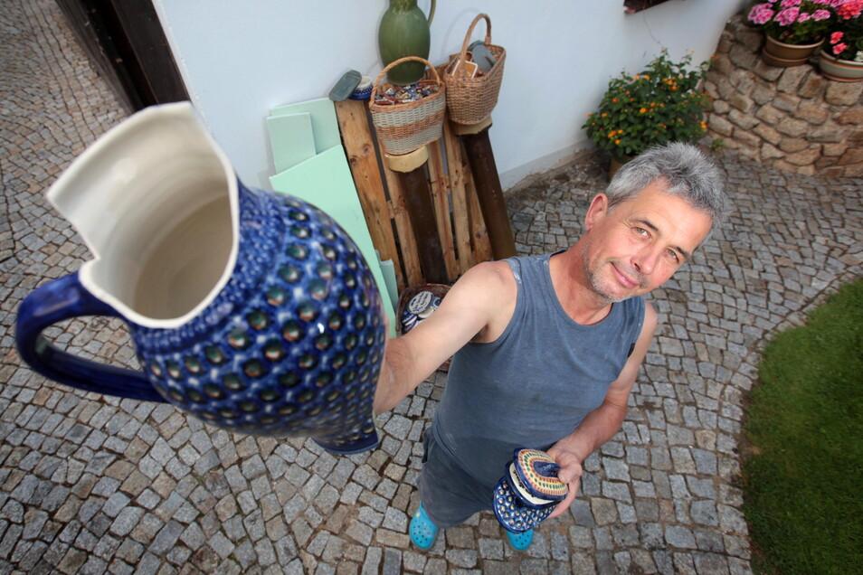 Töpfermeister Hans Holland hat schon alles für das Hoffest am Wochenende vorbereitet. Jede Menge Keramik wird dann im Garten zu sehen sein - und hoffentlich nicht kaputt gehen wie dieser Krug.