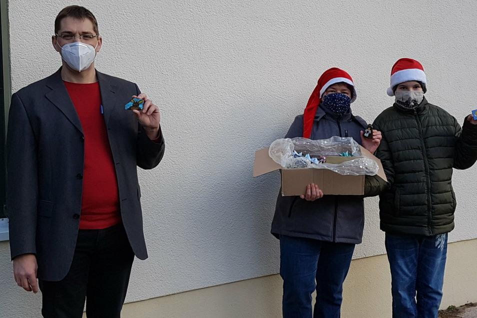 Geschenkübergabe mit Abstand und Maske: Hausleiter des Altenzentrums Graupa, Torsten Göbel, und Gründerin der PIRsteine, Susan Strauch, mit ihrem Sohn Oliver.