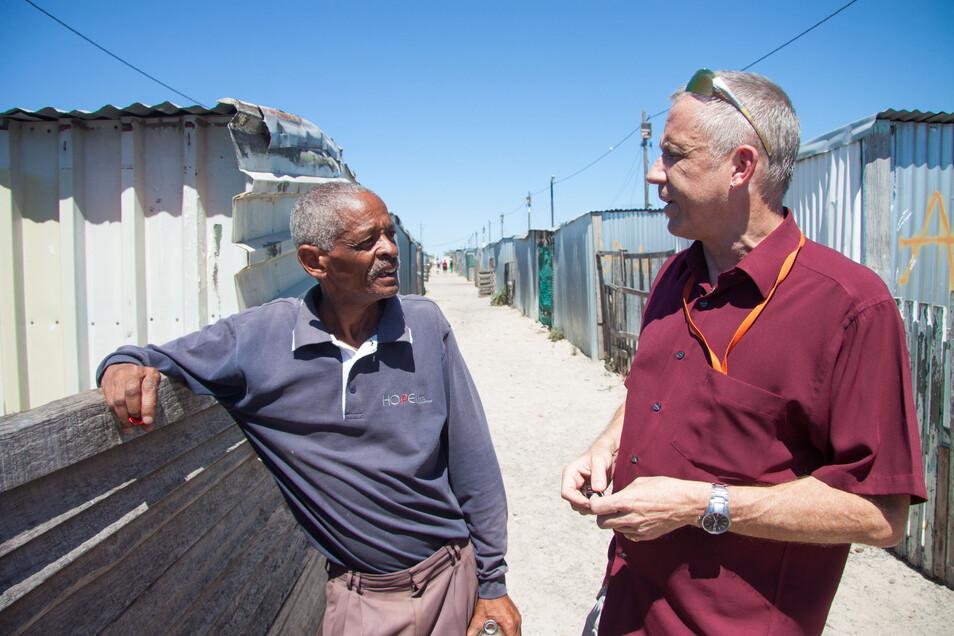 Pfarrer Stefan Hippler (r.) mit einem früheren Mitarbeiter des Hope-Cape-Town-Projektes im Armenviertel Blikkiesdorp.