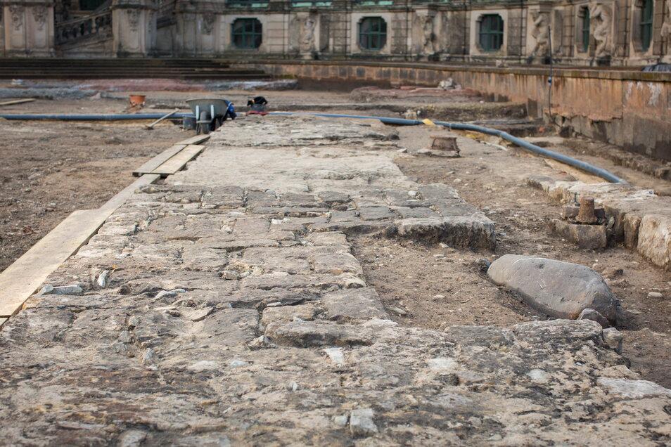 So dick sind die Mauern der abgerissenen alten Zwingergrotte, die noch im Untergrund stehen.