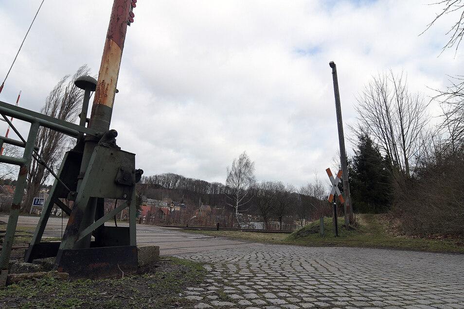 Die Schranke am Bahnübergang an der Kohlenstraße/Gersdorfer Straße in Roßwein ist so defekt, dass sie nicht mehr schließt. Ursache ist scheinbar ein Unfall. Ein Reparaturversuch ist fehlgeschlagen.