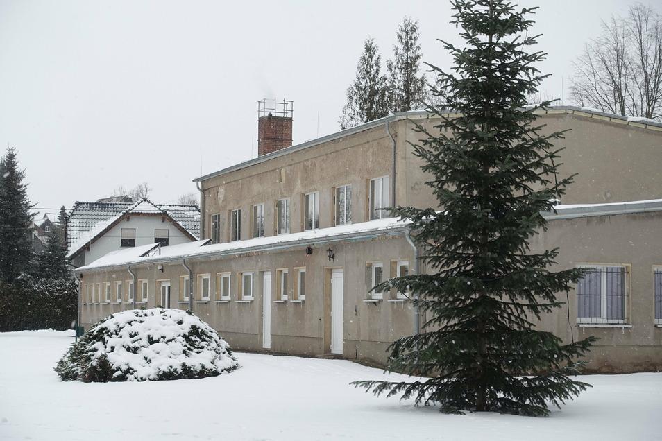 Von außen sieht man es der Sporthalle in Ebersbach nicht an, dass die HSG Neudorf-Döbeln schon ziemlich viel Geld und Mühe in die Sanierung gesteckt hat. Denn die Fassade ist als Letztes dran.