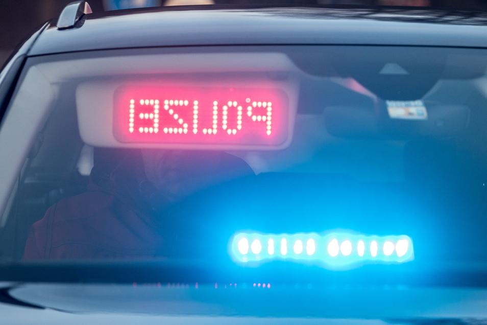 Die Polizei meldet einen Unfall, bei dem eine Rollerfahrerin verletzt wurde.