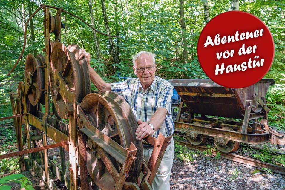 Jörg Nadolny führt Besucher auf der Granitroute durch Demitz-Thumitz. An vielen Stellen gibt es alte Technik zu sehen, so wie hier eine Kabelkrananlage und alte Loren, mit denen Steine aus dem Bruch transportiert wurden.