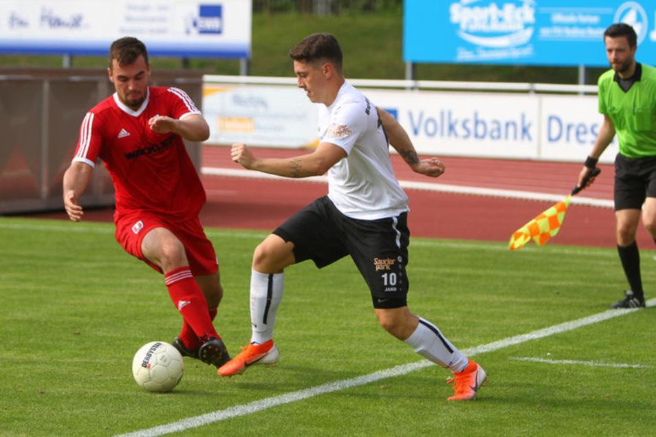 Ein Zweikampf zwischen dem Wilsdruffer Roma Stührenberg (links) und Tom Hagemann. Der Bautzener war am Sonnabend mit zwei Toren der Mann des Tages beim 5:0-Heimsieg von Budissa.