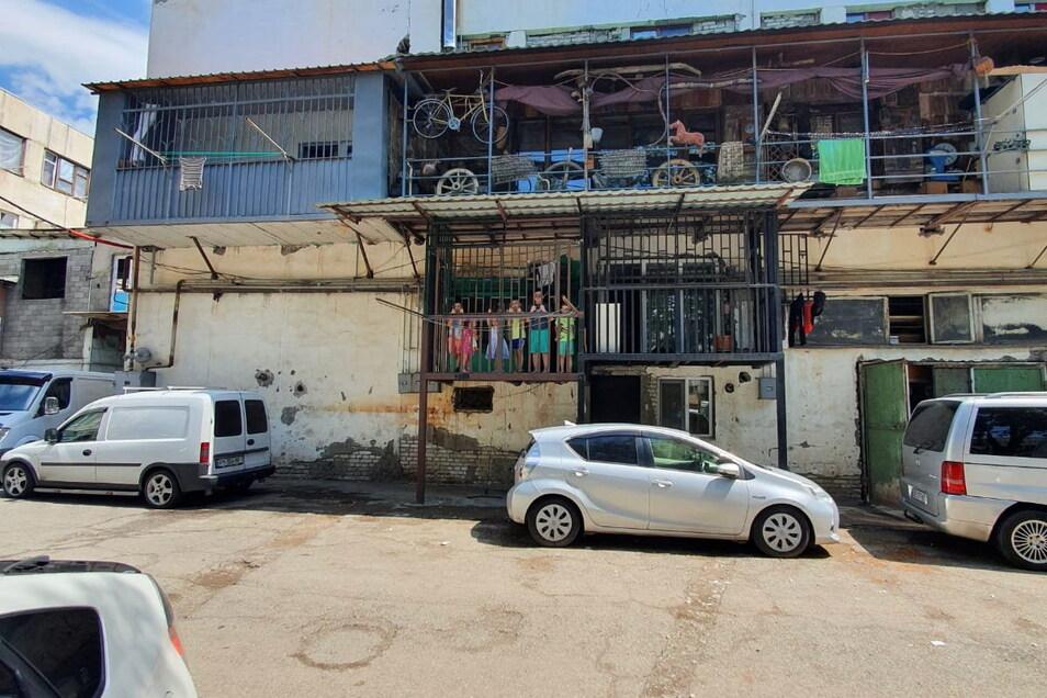 In diesem Gebäude hat Familie Imerlishvili für zwei Monate eine Wohnung angemietet. Umgerechnet kostet sie ohne Nebenkosten 350 Euro.