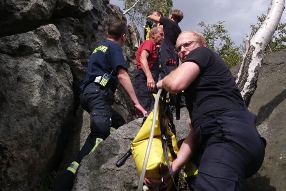 Hier muss geklettert werden: Die Kameraden der Oybiner Feuerwehr haben einen langen, steinigen Fußmarsch zurücklegen müssen, um zur Stelle der Wildcamper zu gelangen. Mit dabei: Löschrucksäcke.