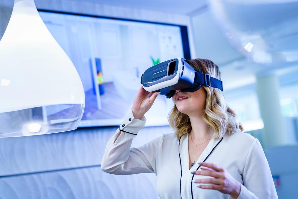 Josefin Ellger aus Gröditz betrachtet mit einer VR-Brille ein Bad in einem 3-D-Planprogramm, mit dem die Henry Wendt Installationsbetrieb GmbH & Co. KG ihre Kunden berät.