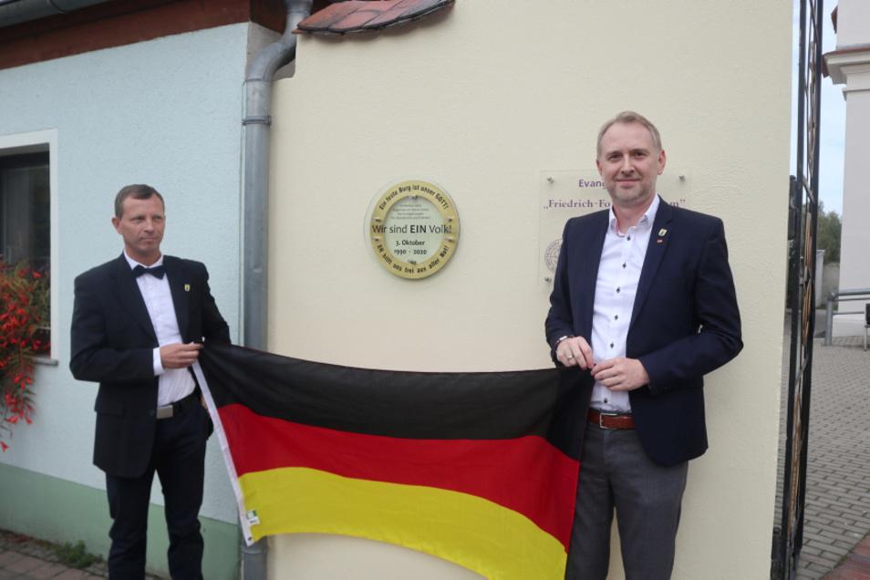 Eine Tafel – geschaffen von Metallbauer Martin Scholz – erinnert in Wittichenau an die friedliche Revolution 1989/1990. Am 3. Oktober wurde sie eingeweiht durch Bürgermeister Markus Posch (li.) und Mathias Kockert, Chef des CDU-Stadtverbandes.