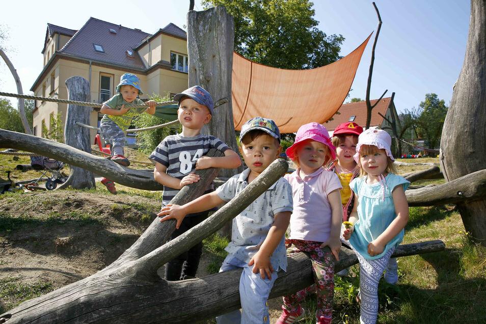 Julian, Ferenc, Lena, Via und die anderen Kinder der Rappelkiste freut es, dass vielleicht bald eine Matschstraße im Garten entstehen soll.